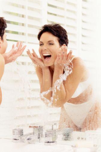 7-Yüzünüzü yıkarken ne çok sıcak ne de çok soğuk su kullanın. Bunun yerine oda sıcaklığındaki ılık bir su ile yıkamak tercih edin.  Aşırı soğuk su ile kan damarları büzüşüyor, çok sıcak su ile yıkandığında da damarlar genişliyor ve kızarık görünüme, hassasiyete sebep olabiliyor.   8- Yüzünüzü temizlerken çok ovalamayın ve sert bir şekilde yapmayın. Yüzünüzü su ile durularken elinizle ovuşturarak temizlemektense, avuç dolusu suyu yüze çarpmak, havlu ile sert bir biçimde yüzü silmemek de dikkat edilmesi gereken bir nokta.   9-Ayrıca yüzünüz çene hizamızda bitmiyor, boyun ve dekolte bölgesine de uygulama yapmanız gerekiyor. Yaşınızı belli eden boyun, dekolte ve ellerinizi de unutmamanız gerekiyor, aynı özeni bu bölgelere de göstermelisiniz. 10-Eğer nemlendirici etkili alkol içermeyen bir tonik kullanıyorsanız makyaj sonrasında makyajı sabitlemek için yüzünüze püskürtebilirsiniz. Ve güneş altında terlediğinizde yine bu özelliklere sahip toniği cildinize püskürtebilirsiniz.